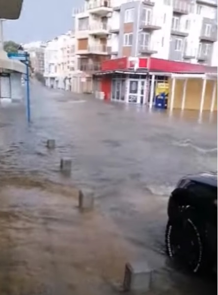 Прогнозата на MeteoBalkans се оправда: Потоп заля Созопол (видео)